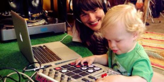 anak sekecil ini di ajarin DJ Lhoo Keren ya :D WOw nya dunk sob