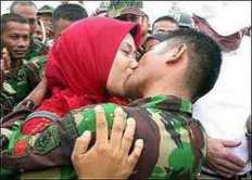 karena lama tidak bertemu dengan istri, rindu sudah menggunung, hasrat sudah tak terbendung, TNI AD ini nekat berciuman di hadapan teman temannya. wow kan.?