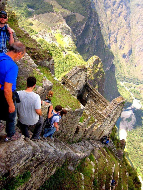 Lihat lah tangga ini yang sangat menantang andrenalin penurun nya.. beranikah anda sob? Kalau anee sih mikir-mikir lagi hehehe ini di Hiking Huayna Picchu - Machu Picchu, Peru ! Lihat juga Pria ini hilang KEMALUAN saat bangun tidur : http://bit.ly/1aU0sWK Atau bisa lihat di sumber