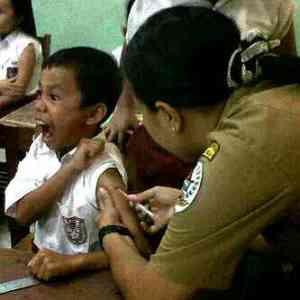 WOOOOOW Lihat mimik wajah nih bocah saat mau disuntik ,,, menunjukkan expresi spontan dan menakutkan, seakan jarum menembus tulang! :D