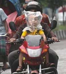 hah.!? kenapa anak ini menutup kepalanya dengan kantong plastik.? seharusnya helm yang di gunakan. wow kan.?