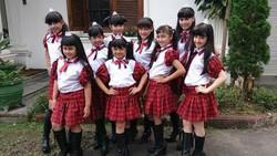 """Ketenaran idolgrup JKT48 membuat sekelompok gadis cilik asal Sukabumi, Jawa Barat, Queen Star berambisi untuk menyaingi Melody Cs. Queen Star pun siap bila harus diadu dengan JKT 48. Queen Star digawangi oleh sembilan anak perempuan berbakat dengan usia sekitar delapan hingga 15 tahun. Para member Queen Star antara lain adalah Lisya, Khania, Fathia, Anisa, Nona, Yuni, Salvira, Zakia, dan Syavina. """"Kami sih siap aja kalau harus bersaing dengan JKT48. Kami tahu mereka sudah terkenal daripada kami. Tapi, dengan kemampuan yang kami miliki, ya yakin untuk bersaing dalam bernyanyi,"""" ungkap Lisya saat ditemui usai mengisi acara Kreasi Anak Negeri di Lapangan Merdeka, Sukabumi, Jawa Barat, Minggu (1/9). Sama dengan JKT48, untuk menunjukkan identitasnya Queen Star tentu punya ciri khas terutama dalam hal fashion. """"Kalau pakaian kami sering gunakan baju yang ada warna merahnya. Trus kami selalu pakai mahkota di kepala. Itu artinya kalau kami ratu,"""" terang Yuni. Untuk menunjukkan kemampuannya dalam hal bernyanyi, beberapa waktu lalu mereka telah merilis dua single berjudul Queen Star dan Superstar. """"Kami udah ada dua lagu. Kalau yang Queen Star lagunya itu tentang kami yang lucu, pintar, imut dan berbakat. Satu lagi Superstar lagunya tentang seorang penyanyi hebat,"""" papar Lisya. Dan juga Queen STAR ini di kapten kan oleh anak umuran SD , juga salah satu member nya berkata """"Kami itu cuma mengagumi JKT48 makanya kami mengikuti , bukan berarti kami PLAGIAT . Kalau JKT 48 hebat nya nyanyi juga dance ,, kita juga bisa tapi kami lebih hebat dalam hal MODEL"""" # gimana pendapat kalian yg suka JKT 48 niih ? -_- WOW jgn lupa :P"""