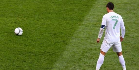 Cristiano Ronaldo memiliki tendangan bebas yang sulit dijangkau kiper. Tendangannya sangat menukik dan kencang. Konon, Ronaldo menemukan gaya free kick ini karena dia terinspirasi pergerakan bola ping pong dalam permainan tenis meja.