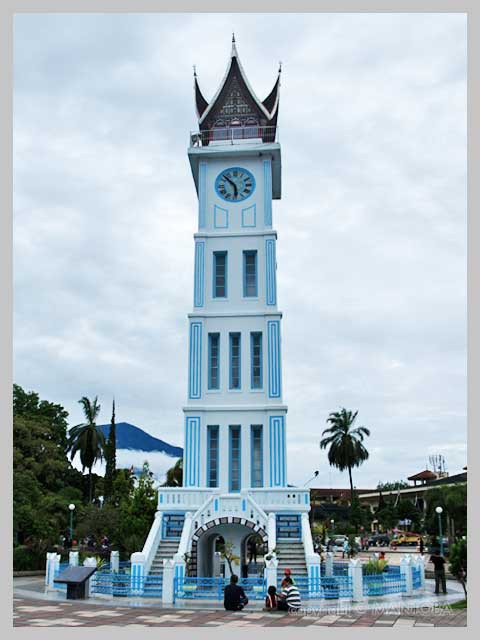Jam gadang adalah monomen yang di buat oleh belanda. Berada di kota bukittinggi sumatra barat.