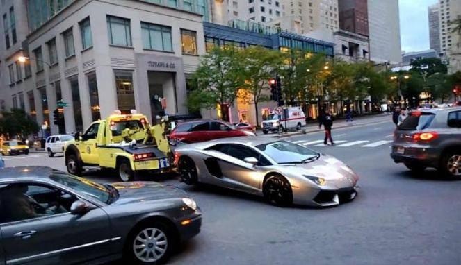 Diluar negeri Parkir Sembarang, Lamborghini Rp9 Miliar Diderek Paksa Saat ditarik, bemper depan supercar itu mencium aspal. Bagaimana di jakarta???