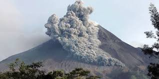 Mengapa Indonesia Sering Terjadi Bencana Alam ? Akhir-akhir ini di Indonesia banyak terjadi bencana alam. Entah itu tanah longsor, gempa bumi, gunung meletus, atau bahkan tsunami. Mengapa semua itu bisa terjadi? Akan saya jelaskan di bawah. Untuk bisa mengerti, kita perlu belajar geografi (back to school). Ini semua disebabkan oleh letak geografis Indonesia, Indonesia terletak di barisan atau jalur pegunungan Mediterania. Dari Eropa, jalur ini berhubungan terus sampe Gunung Everest, terus nglewati semenanjung Malaka, nyebrang laut ke Sumatra, terus ke selatan sampe njedul Gunung Krakatau, bablas ke Jawa dan Bali. Jadi bisa dikatakan kita tinggal diatas gunung yang aktif. Maka, jika terjadi gunung meletus, gempa bumi, dan banjir, jangan menyalahkan siapapun, apalagi Tuhan. Justru jika terjadi bencana alam, kita harus bersyukur, karena itu menunjukan Tuhan Maha Adil. Jika tak ingin setiap hari menghadapi teror alam, pindah saja dari Indonesia. Jika membicarakan bencana alam, terutama gempa, tak lengkap jika tak membicarakan jepang. Negara itu juga langganan bencana alam, seperti kita. Itu disebabkan oleh letak geografis jepang yang sama persis dengan Indonesia. Mereka juga naik di atas gunung. Tetapi jalur sabuk pegunungan mereka bukanlah Medaterania, melainkan Sabuk Pasifik. Jalur ini berasal dari Argentina, terus ke Chili, melewati Meksiko, munggah ke Rocky Mountain, Alaska, ujung Rusia, turun ke Jepang, menghantam Filipina, dan akhirnya berakhir di Sulawesi. Sudah jelaskah anda sekarang ? Jika belum, ya coba baca lagi tulisan di atas. Jika masih belum juga berarti otak anda mengalami kelainan. Untuk mencegah bencana alam, kita tak bisa apa-apa, kecuali selalu berdoa. Hanya berdoa dan waspadalah yang bisa menyelamatkan kita. Jadi, Waspadalah .. Waspadalah ..