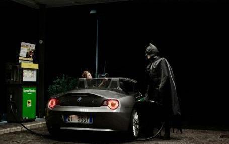 ternyata eh ternyata, BAT Mobile butuh bensin atau pertamax juga gan gwa kira udah canggih pake listrik tapi gak mungkin juga sih, klo abis kan bingung chargernya, masa mau bawa poerbank segede gaban hahahhaha WOW kanm