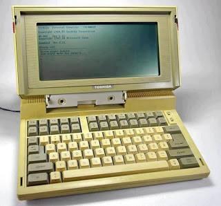 Laptop pertama di dunia guys..sampai sekarang pun masih bisa di gunakan.. Spesifikasi : - RAM 256kb - 4.77 Intel processor - Berat 4.1 kg - Harga pertama jual $1899 klo sekarang sekitar 20jt wow.. :)