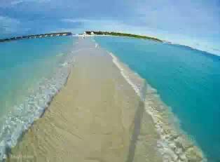 Jalan setapak di Tengah-tengah Laut Terbentuk secara Natural, kejadian ini mengingatkan terbelahnya lautan dalam sejarah nabi musa saat melawan bala tentara fir`aun..