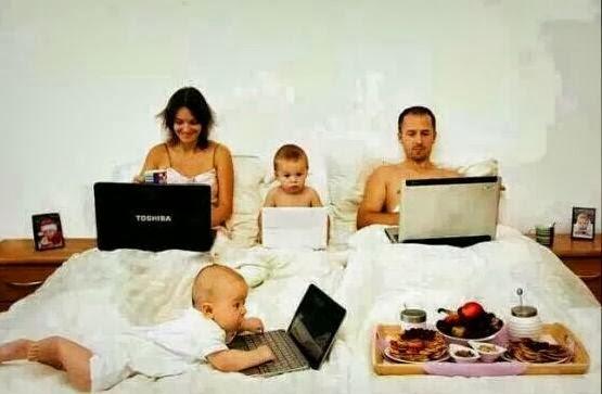 Sekeluarga main Laptop ^_^ Unik yah.... Twitter: @BrothersDhimas @Quest_Indonesia FB: Question Indonesia