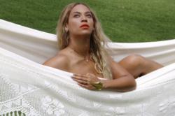 Penyanyi seksi asal Amerika Serikat Beyonce pamer dan memasang foto tanpa busana alia