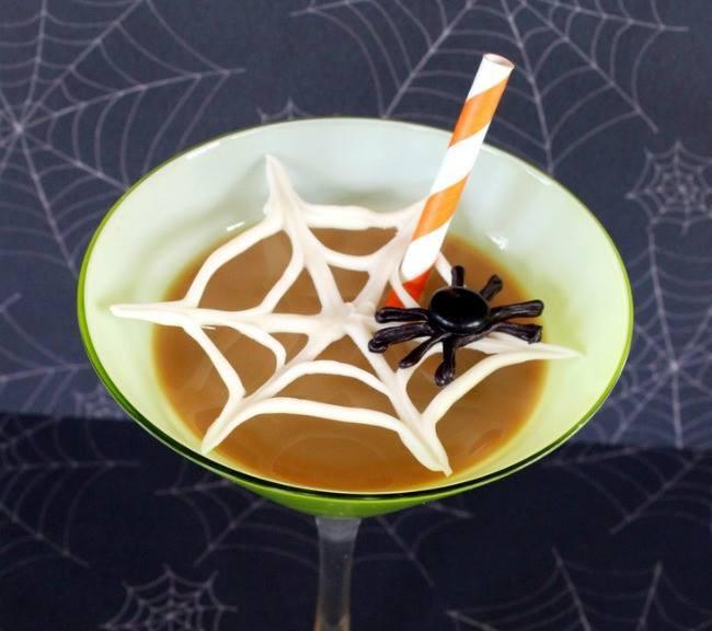 Hiasan yang lucu & simple ya. Hehehe kalian juga bisa buat loh nih caranya http://www.ohmy-creative.com/holiday-crafts/halloween/chocolate-spider-web-martinis/