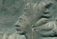 "Kontur bebatuan yang berada di wilayah Alberta, Kanadaini kalau dilihat dari atas seperti orang Indian memakai topi khas suku Indian. Di bagian ""telinganya"" wajah orang tersebut Nampak seperti memakai earphone,."