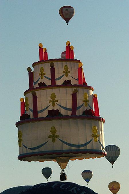 balon udara dengan desain yang unik berbentuk kue ulang tahun wow nya ya...