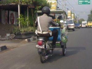 Hanya di Indonesia, Orang bisa jadi Polisi dan tukang becak dalam waktu yang bersamaan.