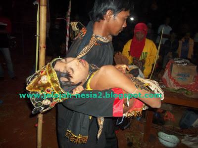 Bocah Kerasukan Roh Kalong dalam Sandur Kalongking di Tuban Baca artikelnya di Link berikut ini ya : http://jelajah-nesia2.blogspot.com/2013/09/kerasukan-roh-kalong-dalam-sandur.html