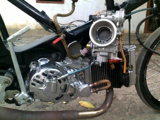yang suka DRAG RACING ini dia grand 350 cc , meski ini sudah lama tapi keren gan yang baru motornya warna pink grand ini buatan mas Alendydit kit kitaco (ayyub) di gresik bengkel AE SPORT Berikut spesifikasinya : Piston CRF 250 Stang seher/piston RXZ Kruk As Jupiter MX Klep YZ 250 kopling kering Takegawa ini link video lawas: http://www.youtube.com/watch?v=Udp9a3CnwfA ini yang baru : http://www.youtube.com/watch?v=zy-vgtXh4rI