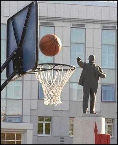 Patung pun seakan-akan yang melempar bolanya... Benar-benar Perfect Timing !