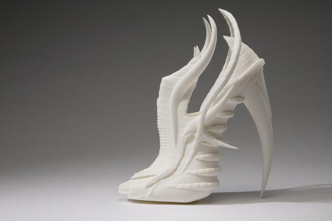 Model sepatu wanita high heels yg unik & keren sebuah desain sepatu yang sangat berbeda sebuah bentuk baru untuk desain sepatu wanita yang terinspirasi dari tulang invertebrates hewan laut hasil rancangan mahasiswi asal inggris Janina Alleyne