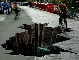 Graffiti ini seperti Asli sampai-sampai Pengendara Sepeda memakai Papan Kayu Untuk melewati jalan