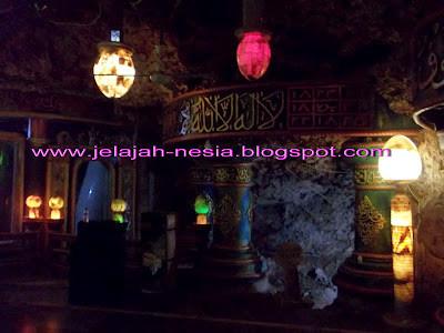 Misteri Indahnya Masjid di dalam Gua di Tuban Simak kisahnya di link berikut ini, ya : http://jelajah-nesia2.blogspot.com/2013/12/misteri-dan-indahnya-masjid-di-dalam.html