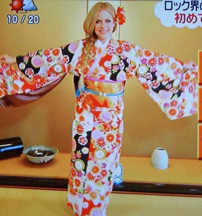 Ini foto Avril pasa pakai baju Kimono di saat dia lagi tur ke Jepang buat promosi album barunya