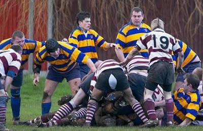 Lihat Celana salah satu pemain rugby ini robek? Namun lihat reaksi 3 pemain di sebelah kiri... Tebak, apakah mereka konsentrasi pada bola atau celana tersebut ? :P