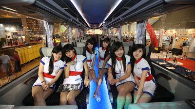 Wanita-wanita SPG bus di acara IIBT :) Wow nya dong :D more foto ; http://www.karoseri-id.com/2013/03/ladybus-part-1.html