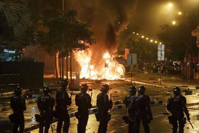 7 photo aksi rusuh di singapore berlangsung ganas