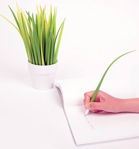 Pengen punya pajangan yang multifungsi? Coba pajang pulpen berbentuk rumput kayak gini. Go green banget!