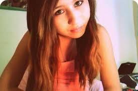 """Cewek cantik ini bunuh diri karena sering di bully. Amanda Todd, remaja putri berusia 15 tahun asal Kanada, menjadi sorotan publik belakangan ini. Kematiannya yang tragis, menyadarkan banyak orang bahwa dampak bullying, tidak main-main. Kisahnya dimuat di berbagai surat kabar di seluruh dunia. Amanda telah menjadi korban bullying, selama bertahun-tahun, hingga ia memutuskan untuk mengakhiri hidupnya. Sayangnya, sulit mencari siapa yang harus bertanggung jawab atas kematiannya. Semua pelaku bullying terhadap dirinya, seharusnya turut bertanggung jawab. Tak sedikitpun punya empati pada apa yang dialami Amanda, malah menjerumuskannya ke dalam situasi yang semakin sulit. Ia tak kuasa menghadapi tekanan yang sedemikian hebat dari teman sekolah, orang-orang dekat yang seharusnya menjadi sahabat yang bisa mendukungnya. 7 September 2012, ia sempat mengirim sebuah video di Youtube, berisi pengakuan terhadap apa yang dialaminya selama ini. Video yang hanya menunjukkan kartu-kartu berisi kisah hidupnya, mungkin menjadi penampilan terakhirnya di dunia maya. Pada tanggal 10 Oktober 2012, ia ditemukan meninggal dunia. ini adalah link video saat ia bercerita tentang yang dialaminya : http://www.youtube.com/watch?v=ej7afkypUsc Dalam videonya ia berkata: Hello! Namaku Amanda Todd, aku memutuskan untuk menceritakan kisahku yang tak berujung pada kalian. Waktu kelas tujuh, aku bersama teman-teman main-main dengan melalui obrolan di video, bertemu dan berbincang-bincang dengan teman baru. Disana, aku mendapat kata-kata sanjungan seperti """"Cantik"""", """"Menarik"""", """"Sempurna"""", dan sebagainya. Lalu aku patuh saja ketika ada yang meminta menunjukkan bagian dadaku tanpa busana. Setahun kemudian, tiba-tiba seseorang tanpa nama mengirimiku pesan di halaman profil Facebook. Pesan itu berbunyi, """"Kalau kamu tidak mau menunjukkan sesuatu yang lain lagi, aku akan sebarkan fotomu,"""". Pria itu mengaku memiliki alamat rumah, data tentang keluarga, teman-teman, dan semua yang kukenal. Hingga suatu hari, saat"""