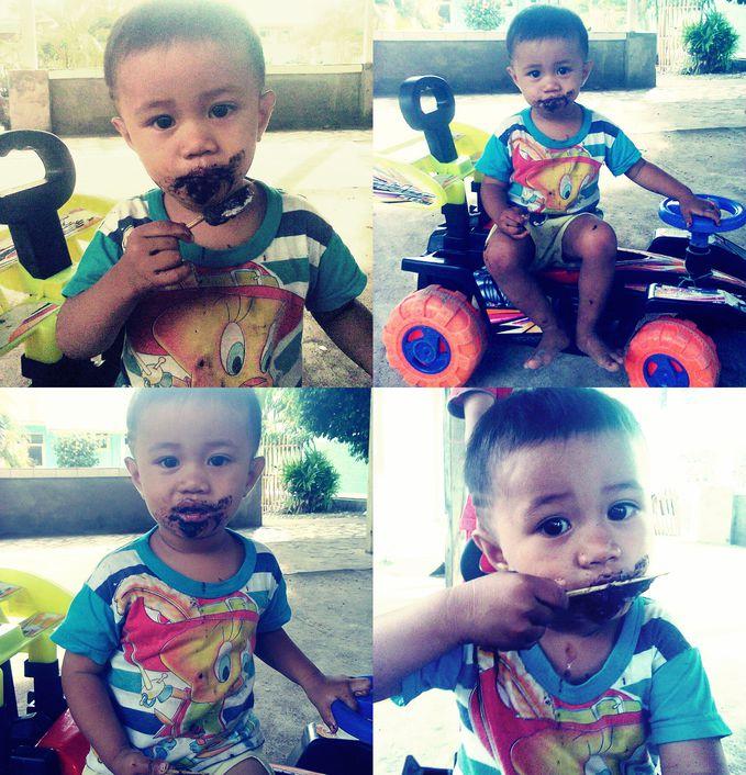 The Cute Boyy This is my nephew lagi makan es oreo hingga belepotan