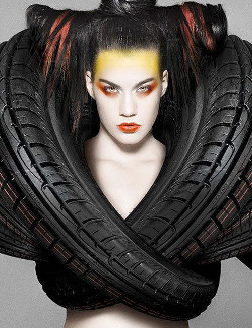 Wow! Pakaian Ini Terbuat Dari Ban Mobil Foto kreatif oleh Carl Elkins fitur model mengenakan pakaian yang terbuat dari ban mobil. Gaya pakaian seperti baju besi dan mempromosikan kekuatan ban Goodyear.