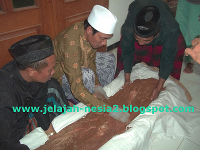 Shubhanallah !!! Jenazah ini UTUH walau terkubur 35 tahun di Tuban. Simak kisahnya di Link berikut ini : http://jelajah-nesia2.blogspot.com/2013/08/jenazah-utuh-walau-sudah-dimakamkan_29.html