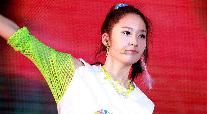 Krystal memang dikenal sebagai salah satu personel girl band ternama asuhan SM Entertainment yaitu f(x). Meski lahir di ranah hiburan sebagai penyanyi, Krystal rupanya juga mahir dalam berakting.