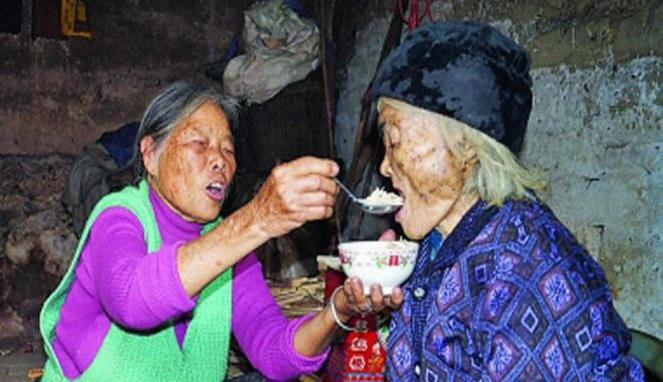 Pelayat hampir meninggal karena shock, saat wanita usia 101 tahun duduk dan berbicara di dalam peti mati. Tak hanya kerabat yang kaget atas peristiwa tersebut, tapi juga Peng Xiuhua. Janda tua itu merasa kaget mengapa begitu banyak orang berku