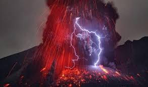 petistiwa gunung meletus dan petir di indonesia