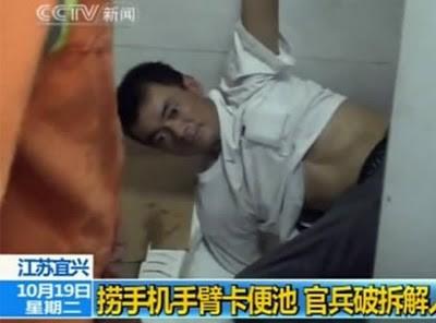 tangan nyangkut di dalam toilet saat mengambil hp nya didalem wks :D