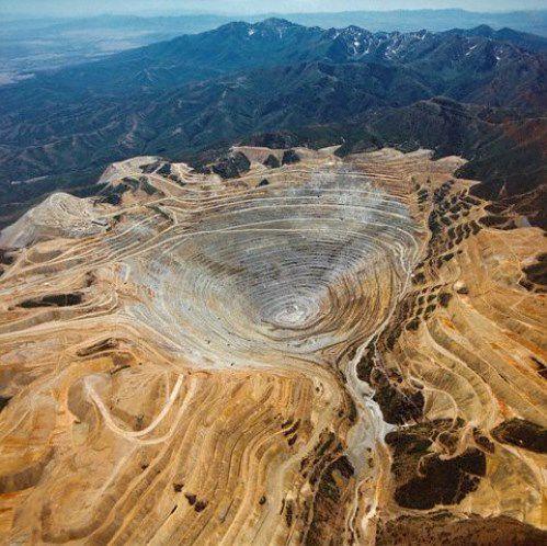 Pertambangan Bingham yang berada di sebelah barat daya dari Salt Lake City adalah pertambangan terbesar yang memiliki kedalaman tiga-perempat mil yang dan 2,75 mil lebar di bagian atas. Lebih dari 19 juta ton tembaga diekstraksi dari tambang,