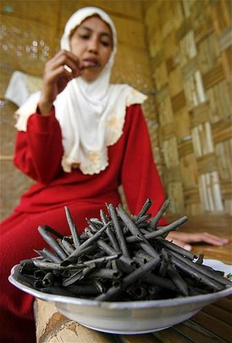 Anda mungkin tak pernah merasakan bila kerikil yang sudah dibersihkan dijadikan kue kering yang khas di TubaN, Jawa Timur, Indonesia.