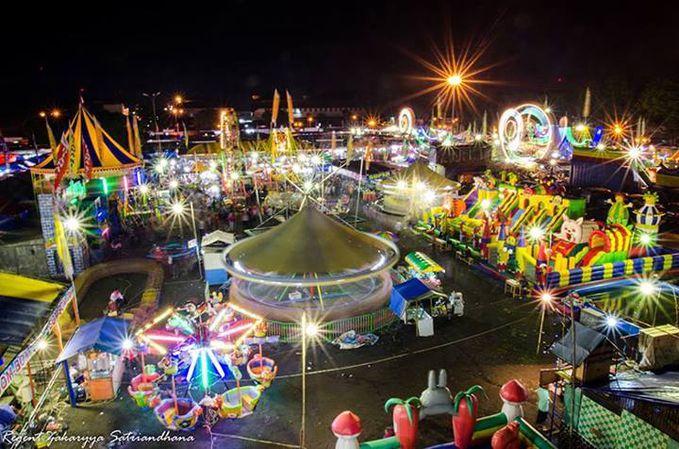 Hiburan rakyat.. Pasar Malam Perayaan Sekaten 2013 digelar di alun-alun utara Yogya selama 40 hari (6 Desember 2013 sampai 14 Januari 2014).