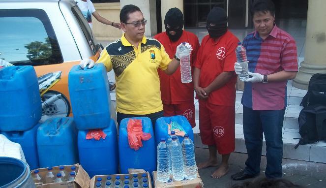 24 Orang menjadi korban cukrik, minuman keras jenis arak, di Mojokerto, Jawa Timur. 16 diantaranya tewas dan sisanya dirawat di empat rumah sakit di Kota dan Kabupaten Mojokerto. Mau di bawa kemana NEGERI KITA ? Woww
