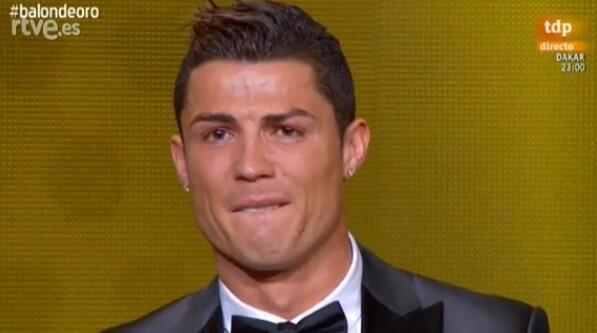Fantasiku.com | Pemain Real Madrid asal Portugal, Cristiano Ronaldo, meraih penghargaan FIFA Ballon dOr 2013. Penyerahan penghargaan tersebut diberikan legenda sepak bola Brasil, Pele, di Kongresshaus, Zurich, Senin (13/1/2014).SUMBER LENGKAP