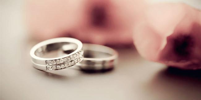 Mengapa Cincin Pernikahan ditaruh di Jari Manis? Kenapa Cincin pernikahan selalu ada di jari manis, kok bukan di jari lain…saya sebetulnya juga bingung tapi setelah baca suatu artikel, menarik juga untuk diperhatikan. Coba deh ikuti langkah berikut ini, kalian pasti takjub karena Tuhan benar-benar membuat keajaiban (ini berasal dari kutipan Cina): 1. Pertama, tunjukkan telapak tangan anda, jari tengah ditekuk ke dalam 2. Kemudian, 4 jari yang lain pertemukan ujungnya. 3. Permainan dimulai, 5 pasang jari tetapi hanya 1 pasang yang tidak terpisahkan. 4. Cobalah membuka ibu jari anda, ibu jari mewakili orang tua, ibu jari bisa dibuka karena semua manusia mengalami sakit dan mati. Dengan demikian orang tua kita akan meninggalkan kita suatu hari nanti. 5. Tutup kembali ibu jari anda, kemudian buka jari telunjuk anda, jari telunjuk mewakili kakak dan adik anda, mereka memiliki keluarga sendiri, sehingga mereka juga akan meninggalkan kita. 6. Sekarang tutup kembali jari telunjuk anda, buka jari kelingking, yang mewakili anak-anak. Cepat atau lambat anak-anak juga akan meninggalkan kita. 7. Selanjutnya, tutup jari kelingking anda, bukalah jari manis anda tempat dimana kita menaruh cincin perkawinan anda, anda akan heran karena jari tersebut tidak akan bisa dibuka. Karena jari manis mewakili suami dan istri, selama hidup anda dan pasangan anda akan terus melekat satu sama lain.