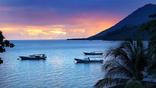INDONESIA memang kaya akan lokasi wisata bahari. Salah satunya adalah Taman Nasional Laut Bunaken. Bunaken adalah sebuah pulau kecil dengan luas 8.80 km persegi. Lokasinya di Teluk Manado.