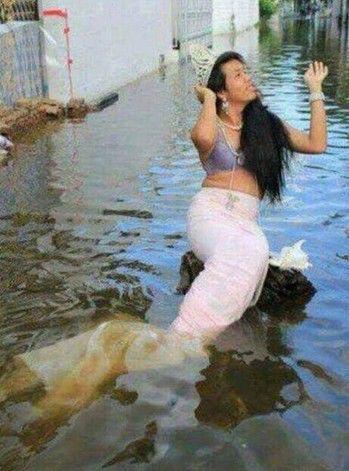 """Wowww... Jakarta dihebohkan penampakan """"putri duyung"""" saat banjir besar beberapa hari yang lalu..."""
