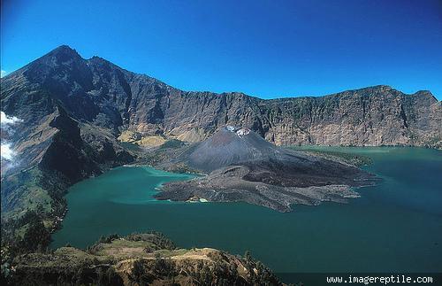 Gunung Rinjani adalah gunung yang berlokasi di Pulau Lombok, Nusa Tenggara Barat. Gunung yang merupakan gunung berapi kedua tertinggi di Indonesia dengan ketinggian 3.726 m dpl serta terletak pada lintang 8º25 LS dan 116º28 BT ini merupakan g
