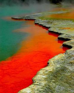 Waiotapu Thermal Reserve, Rotorua, New Zealand. Lihat lah fenomena di atas,, airnya bewarna merah dan hijau,,