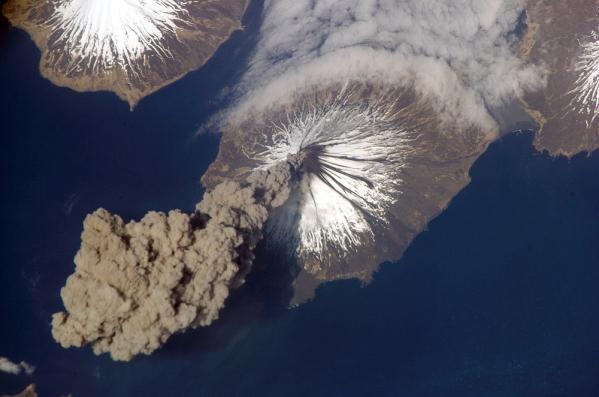 Begitu indah dan menawan gambar gunung meletus jika diambil dari luar angkasa, menggunakan satelit NASA