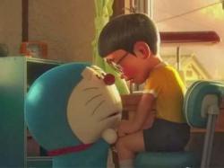 """Sepertinya kegembiraan para penggemar kartun Doraemon akan hadirnya film terbaru dari si kucing ajaib hanya sebentar saja, pasalnya film versi 3D bertajuk """"Stand By Me"""" yang akan rilis dalam waktu dekat dikabarkan akan menjadi film penutup antara kisah Doraemon dan Nobita. Dilansir dari laman kdramastars, diketahui bahwa situs resmi film """"Stand By Me"""" telah mengungkap sebuah teaser video di youtube yang mengindikasi bahwa film ini adalah film perpisahaan. Selain narator dalam video yang menyatakan bahwa film """"Stand By Me"""" merupakan film 3D pertama dan terakhir dari cerita Doraemon, sosok Doraemon dalam video tersebut juga menyatakan bahwa dirinya sudah tidak bisa tinggal bersama Nobita lagi. Diakhir video, terlihat slogan yang sepertinya ditunjukkan untuk para penggemar animasi ini, """"Untuk semua orang yang pernah mengalami masa kanak-kanak"""". Nantinya cerita dalam film akan berfokus pada sosok Doraemon yang meninggalkan Nobita dan bagaimana Nobita bisa menangani segala hal tanpa adanya Doraemon. Kabarnya, cerita film ini akan serupa dengan kisah Toy Story 3 yang bertemakan tentang perkembangan anak menuju kedewasaan. Duo kreator manga yaitu Hiroshi Fujimoto dan Motoo Abiko atau lebih dikenal dengan sebutan Fujiko Fujio ini telah menciptakan sosok Doraemon sejak tahun 1969 silam. Cerita berawal dari dikirimnya sosok robot kucing (Doraemon) dari seorang laki-laki di masa depan untuk membantu seorang anak yang tak lain adalah Nobita. Laki - laki dimasa depan tersebut adalah kakek dari Nobita. Doraemon, Nobita dan anak lainnya menangani dan memecahkan masalah sehari - hari dengan berbagai alat ajaib Doraemon yang ada dalam kantong andalannya. Doraemon dan anak-anak lainnya memulai petualangan melalui ruang dan waktu. Film """"Stand By Me"""" disutradarai oleh Takashi Yamazaki (Returner, Sunset on Third Street, Ballad, Space Battleship Yamato) dan Ryuchi Yagi (Moyashimon 3D). Rencananya, film ini akan rilis serempak di Jepang pada 8 Agustus 2014 mendatang. Gambar dan video sele"""